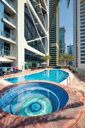 DUBAI, Émirats Arabes Unis - 28 MARS 2014 piscine Piscine d'Indigo Tour Banque d'images - 29853454
