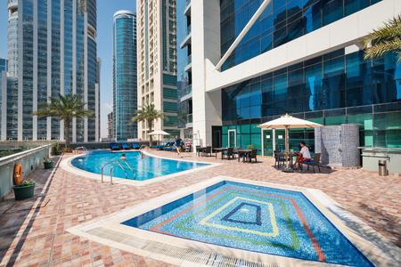 DUBAI, Émirats Arabes Unis - 28 MARS 2014 piscine Piscine de Indigo Tour Banque d'images - 29853457