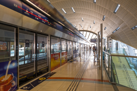 DUBAI, Émirats Arabes Unis - 28 mars 2014 la station de métro Jumeirah Lakes Tour Vue intérieure La JLT est un grand développement, qui se compose de 79 tours en cours de construction le long des bords de quatre lacs artificiels Banque d'images - 29853461