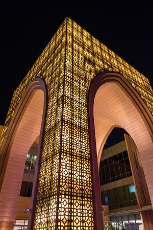 DUBAI, Émirats Arabes Unis - 28 mars 2014 Dubai Mall entrée dans la nuit Banque d'images - 29853465