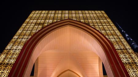 DUBAI, Émirats Arabes Unis - 28 mars 2014 Dubai Mall entrée dans la nuit Banque d'images - 29853466