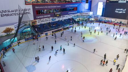 DUBAI, Émirats Arabes Unis - 28 mars 2014 Les gens de s'amuser à l'intérieur de la patinoire du centre commercial Dubai Mall Banque d'images - 29879609