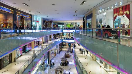DUBAI, Émirats Arabes Unis - 28 mars 2014 Les gens marchant à l'intérieur Dubai Mall Banque d'images - 29879610