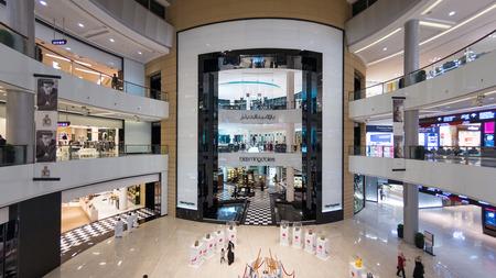 DUBAI, Verenigde Arabische Emiraten - 28 maart 2014 Mensen lopen in Dubai Mall Redactioneel
