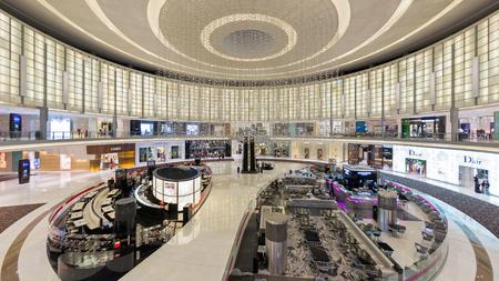 DUBAI, UAE - MARCH 30, 2014  People walking inside Dubai Mall   Redactioneel