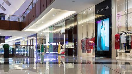 DUBAI, Émirats Arabes Unis - 30 mars 2014 Les gens marchant à l'intérieur Dubai Mall Banque d'images - 29886668