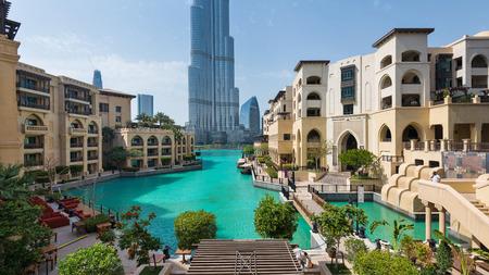 DUBAI, Émirats Arabes Unis - 29 mars 2014 Vue panoramique de la tour Burj Khalifa et le lac Banque d'images - 29886669