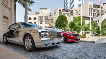 DUBAI, Émirats Arabes Unis - 30 mars 2014 voiture de luxe garée devant Palace Hôtel Banque d'images - 29886670