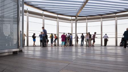 DUBAI, UAE - 29 MARS 2014 Les gens sur Burj Khalifa terrasse d'observation Banque d'images - 29886672