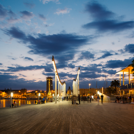 Barcelone, Espagne - 1 juin 2014 Marina Port Vell et de la Rambla del Mar au crépuscule Banque d'images - 29886674