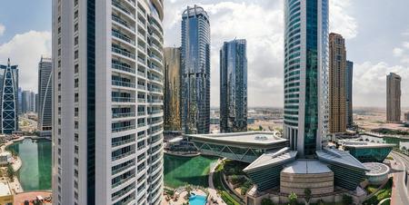 DUBAI, Émirats Arabes Unis - 27 mars 2014 Bâtiments à Jumeirah Lakes Towers Banque d'images - 29886675