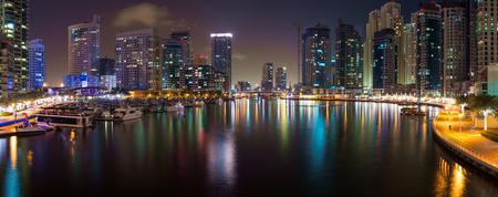 Vue de nuit de Dubaï, Émirats arabes unis Dubaï est un artificiel 3 km du canal creusé le long du littoral du golfe Persique Banque d'images - 29882998