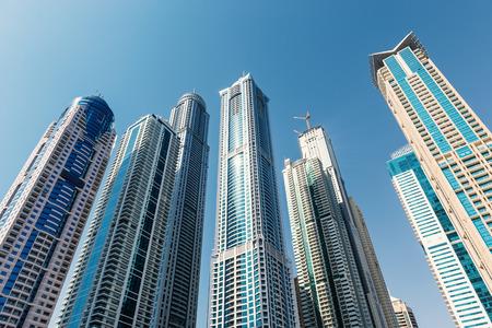DUBAI, Émirats Arabes Unis - 27 mars 2014: Un horizon vue panoramique de Dubaï Marina et Cayan Tower (connu aussi comme Infinity Tower). Dubai Marina est un artificiel 3 km du canal creusé le long du littoral du golfe Persique. Banque d'images - 31156452