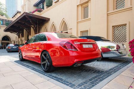DUBAI, Émirats Arabes Unis - 30 mars 2014: voiture de luxe garée à l'extérieur Palace Hôtel. A Dubaï, il ya une forte concentration de voitures de luxe en raison de l'revenus du capital pro élevé. Banque d'images - 31156539