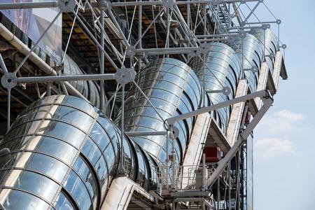 PARIJS, FRANKRIJK - 16 mei 2014: Roltrappen van het Centre Georges Pompidou. De structuur werd in 1977 voltooid en is een van de meest herkenbare bezienswaardigheden in Parijs.