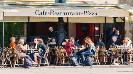 PARIJS, FRANKRIJK - 16 mei 2014: Toeristen zitten in een traditionele Parijse café. Er zijn ongeveer 40.000 restaurants in Parijs. Redactioneel