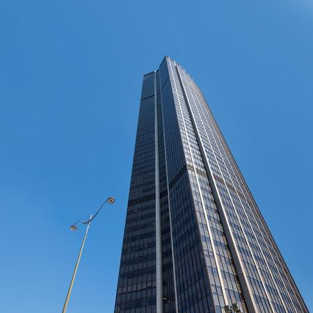 PARIS, FRANCE - 17 mai 2014: Tour Maine-Montparnasse (Tour Montparnasse) vue. Il s'agit d'un 210 mètres (689 pi) gratte-ciel de bureaux situé dans le quartier de Montparnasse, construit de 1969 à 1973. Banque d'images - 31156501
