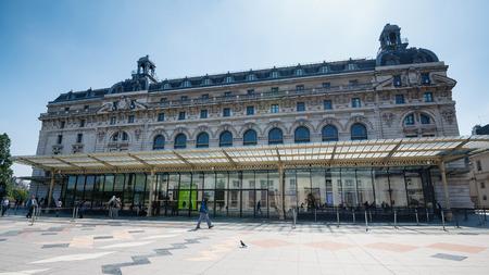 PARIJS, FRANKRIJK - 17 mei 2014: Musée d'Orsay gebouw. Geopend in 1986, het herbergt de grootste collectie impressionistische en post-impressionistische meesterwerken in de wereld.
