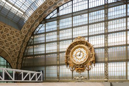 PARIJS, FRANKRIJK - 17 mei 2014: Musée d'Orsay Clock door Victor Laloux. Geopend in 1986, het museum herbergt de grootste collectie impressionistische en post-impressionistische meesterwerken in de wereld. Redactioneel