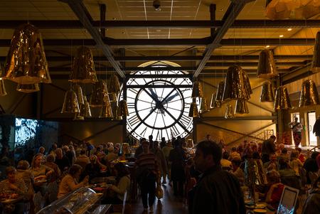 PARIS, FRANCE - 17 mai 2014: Visiteurs Aucours cafétéria du Musée d'Orsay. Ouvert en 1986, il abrite la plus grande collection de chefs-d'?uvre impressionnistes et post-impressionnistes dans le monde. Banque d'images - 31156511