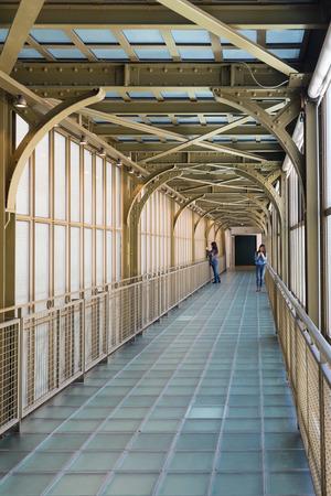 PARIS, FRANCE - 17 mai 2014: à l'intérieur du corridor Musée d'Orsay. Ouvert en 1986, il abrite la plus grande collection de chefs-d'?uvre impressionnistes et post-impressionnistes au monde. Banque d'images - 31156513