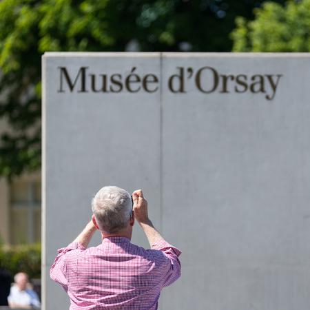 PARIS, FRANCE - 17 mai 2014: Entrée du musée d'Orsay. Ouvert en 1986, il abrite la plus grande collection de chefs-d'?uvre impressionnistes et post-impressionnistes dans le monde. Banque d'images - 31156480