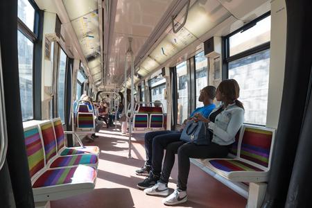 PARIS, FRANCE - 18 mai 2014: Couple à l'intérieur de wagon de métro. Le métro parisien est un système de transport en commun rapide dans la région métropolitaine. Il est principalement souterraines (214 km) et 303 stations. Banque d'images - 31156488