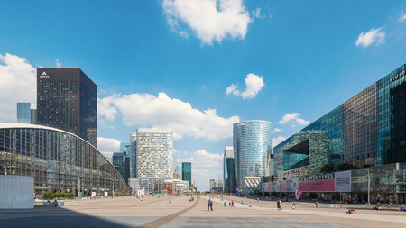 PARIS, FRANCE - MAY 18, 2014: People walking in the central square of La Defense, a major business district of Paris. La Defense welcomes 8.4 million visitors each year.  Éditoriale