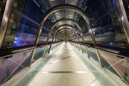 PARIS, FRANCE - 18 mai 2014: Vue de nuit du pont piétonnier intérieur de La Défense quartier, un quartier d'affaires de Paris. La Défense accueille 8,4 millions de visiteurs chaque année. Banque d'images - 31156460