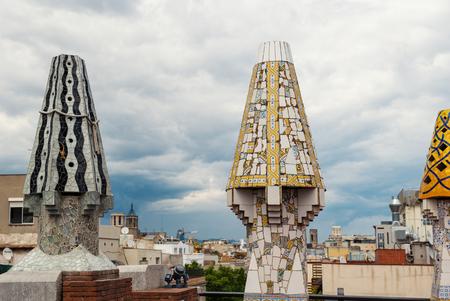 BARCELONE, ESPAGNE - 31 mai 2014: cheminées colorées sur le toit du chef-d'?uvre de Gaudi Palau Güell. L'un des premiers chefs-d'?uvre de Gaudi, patrimoine de l'UNESCO. Banque d'images - 31156465