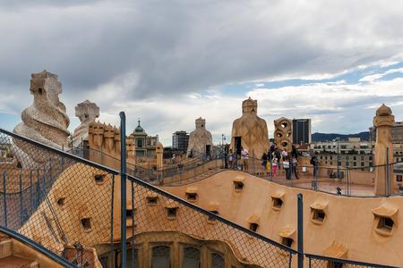 BARCELONE, ESPAGNE - 31 mai 2014: Les touristes sur le toit du chef-d'?uvre de Gaudi Casa Batlo. Le bâtiment qui est maintenant la Casa Batllo a été construit en 1877 par Antoni Gaudi, commandée par Lluis Sala Sanchez. Banque d'images - 31156472