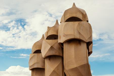 Barcelone, Espagne - 31 mai 2014: Cheminées sur le toit du chef-d'?uvre de Gaudi Casa Batlo. Le bâtiment qui est maintenant la Casa Batllo a été construit en 1877 par Antoni Gaudi, commandée par Lluis Sala Sanchez. Banque d'images - 31156474