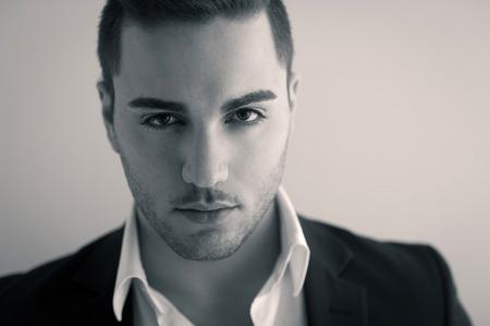 poses de modelos: Hombre joven confidente cerca retrato. Imagen del tono de la sepia