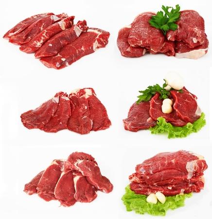 고기의: 버섯 샐러드와 마늘 원시 등심 스테이크의 조각 흰색 배경에 고립입니다.