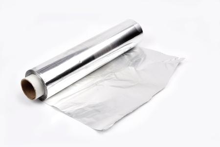 Close up di un foglio di alluminio su sfondo bianco