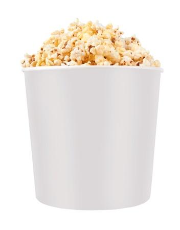 Volledige emmer popcorn. Geïsoleerd op wit