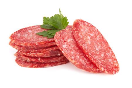 verse salami geïsoleerd op witte achtergrond