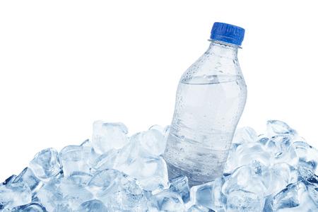 Fles water in ijsblokje geïsoleerd op een witte achtergrond Stockfoto
