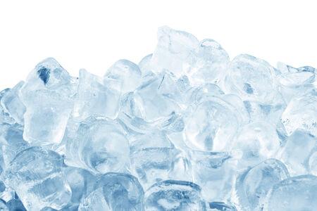 cubetti di ghiaccio: Cubetti di ghiaccio isolato su uno sfondo bianco