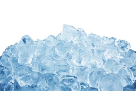cubos de hielo: Cubos de hielo aislados sobre un fondo blanco Foto de archivo