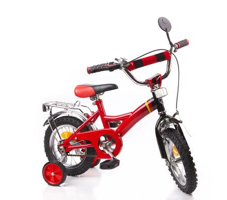 rode fiets voor kinderen geïsoleerd op witte achtergrond
