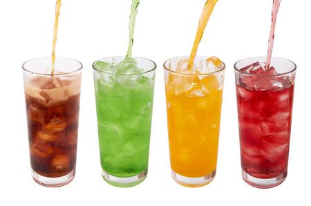 glazen van zoet water met ijsblokjes