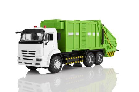 Giocattolo camion della spazzatura isolato su uno sfondo bianco