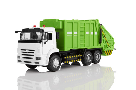 vertedero: Juguete cami�n de basura aislado en un fondo blanco Foto de archivo