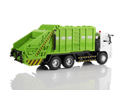 cami�n de reparto: Juguete cami�n de basura aislado en un fondo blanco Foto de archivo