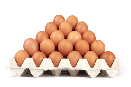 Groep verse eieren in pater lade geïsoleerd op wit Stockfoto