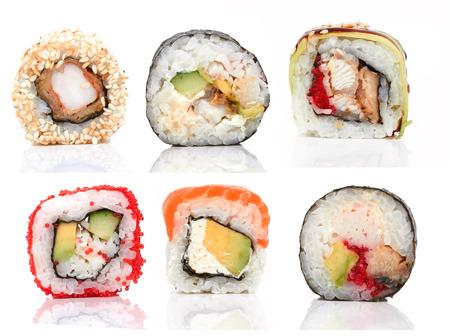 Sushi stukken verzamelen, op een witte achtergrond
