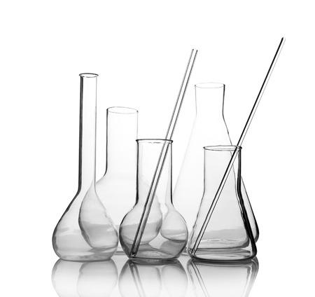 vidrio de laboratorio vacío con la reflexión aislada en fondo blanco Foto de archivo