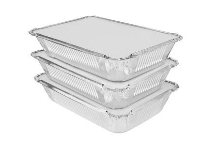 comida: Bandejas de aluminio para alimentos en un fondo blanco Foto de archivo