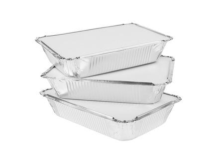 Folie trays voor voedsel op een witte achtergrond